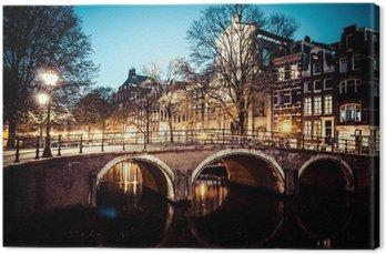 Canvas Een van de beroemde grachten van Amsterdam, Nederland in de schemering.