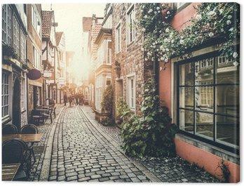 Canvas Historische Europese straat tijdens zonsondergang