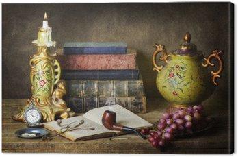 Canvas Klassieke stilleven met antiek, oude boeken, oude pijp, glazen, zakhorloge en druiven op rustieke houten tafel.