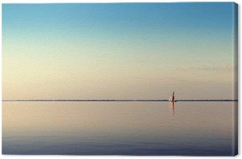 Canvas Landschap water met witte varende boot op kalme wateren in het licht van de zonsondergang. Afgezwakt en de verwerking van foto's.