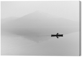 Canvas Mist over het meer. Silhouet van de bergen op de achtergrond. De man drijft in een boot met een peddel. Zwart en wit