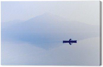 Canvas Mist over het meer. Silhouet van de bergen op de achtergrond. De man drijft in een boot met een peddel.