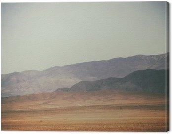 Canvas Print Bergspitzen und Bergketten in der Wüste / Spitze Gipfel und Bergketten rauer dunkler sowie hellerer Berge in der Mojave Wüste in der Nähe der Death Valley Kreuzung.