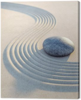 Stein und Wellen im Sand Hochformat