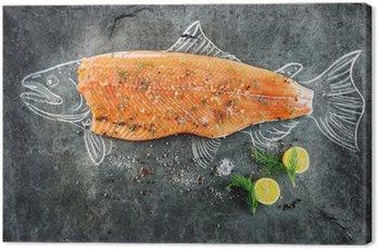 Canvas Rauwe zalm vis vlees met ingrediënten zoals citroen, peper, zeezout en dille op een zwarte boord, schetste afbeelding met krijt van zalm vissen met biefstuk