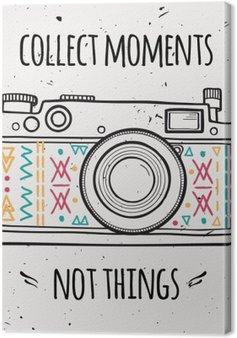 """Canvas Vector illustratie met retro fotocamera en typografie uitdrukking """"Verzamel momenten geen dingen""""."""