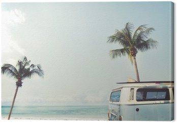 Canvas Vintage auto geparkeerd op het tropische strand (zee) met een surfplank op het dak - Leisure reis in de zomer