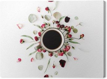 Canvas Zwarte koffie mok en rode roos knoppen boeket met eucalyptus op een witte achtergrond. plat, bovenaanzicht