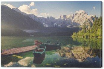 Canvastavla Alpin sjö i gryningen, vackert upplysta berg, retro färger, vintage__