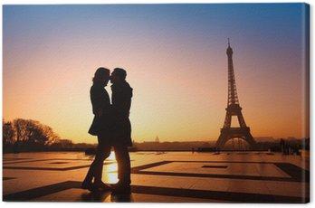 Canvastavla Älskande par kyssas på Eiffeltornet bakgrund, Paris, Frankrike