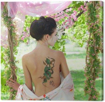 Canvastavla Asiatisk stil porträtt av kvinna med orm tatuering på ryggen