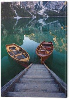 Canvastavla Båtar på Braies Lake (Pragser Wildsee) i Dolomiterna mounta