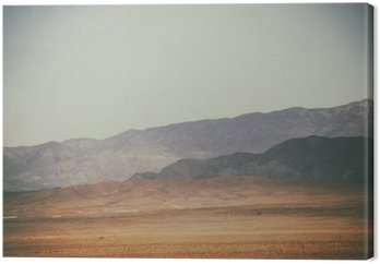 Canvastavla Bergspitzen und Bergketten in der Wüste / Spitze Gipfel und Bergketten Rauer Dunkler sowie hellerer Berge in der Mojave Wüste in der Nähe der Death Valley Kreuzung.