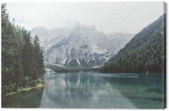 Canvastavla Braies sjö med grönt vatten och berg med trees__