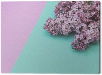 Canvastavla Flat låg elegant uppsättning: Lila blommor på pastellfärgad bakgrund. Toppvy.