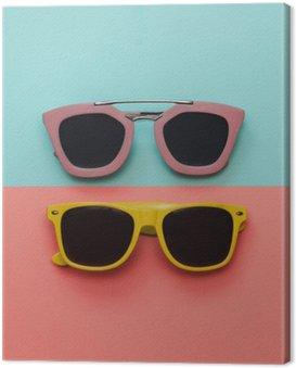 Canvastavla Flat låg mode set: två solglasögon på pastell bakgrunder. Toppvy.