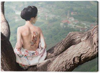 Canvastavla Kvinna med orm tatuering sitter på trädgren (Orig)