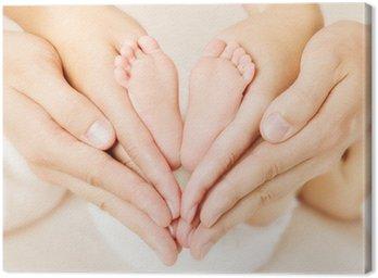 Canvastavla Nyfödd bebis fötter i föräldrarnas händer. Kärlek simbol som hjärtat tecken