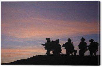 Canvastavla Silhouette av moderna trupper i Mellanöstern silhuett