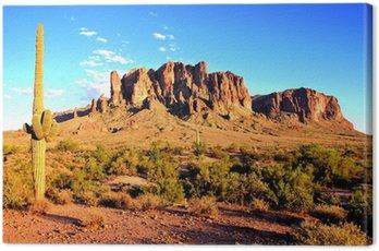 Canvastavla Superstition Mountains och Arizona öknen i skymningen