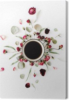Canvastavla Svart kaffe koppar och röda rosenknoppar bukett med eukalyptus på vit bakgrund. platt låg, ovanifrån