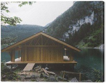 Canvastavla Trä hus på sjön med berg och träd