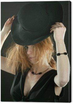 Canvastavla Vacker rödhårig kvinna i svart, hatt och juveler