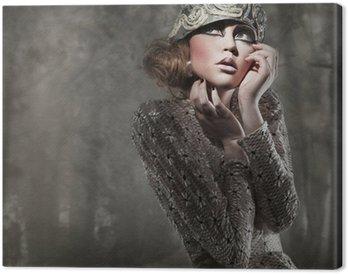 Canvastavla Vacker ung dam i en mystisk grå skog