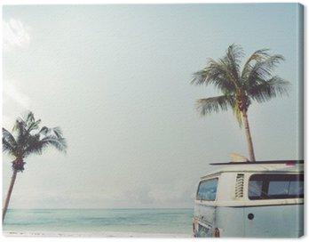 Canvastavla Vintage bil parkerad på tropisk strand (havet) med en surfbräda på taket - Fritids resa i sommar
