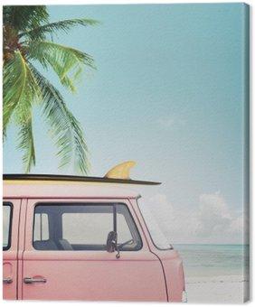 Canvastavla Vintage bil parkerad på tropisk strand (havet) med en surfbräda på taket