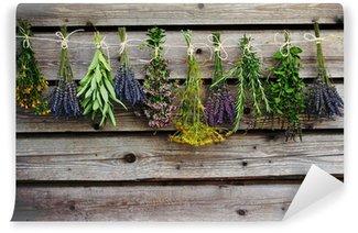 Carta da Parati Autoadesiva Erbe di essiccazione sul granaio di legno in giardino