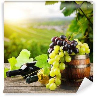 Carta da Parati in Vinile Bottiglie di vino rosso e bianco con uva fresca