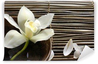 Carta da Parati in Vinile Ciotola di orchidea, petalo sulla stuoia di bambù