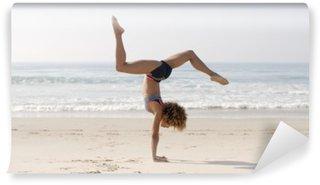 Carta da Parati in Vinile Donna che praticano yoga all'aperto