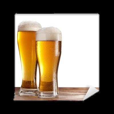 Carta da parati due bicchieri di birra su un tavolo di for Bicchieri birra prezzi