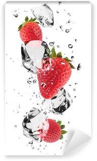 Carta da Parati in Vinile Fragole con cubetti di ghiaccio, isolato su sfondo bianco