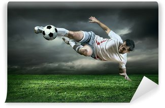 Carta da Parati in Vinile Giocatore di calcio con palla in azione sotto la pioggia all'aperto