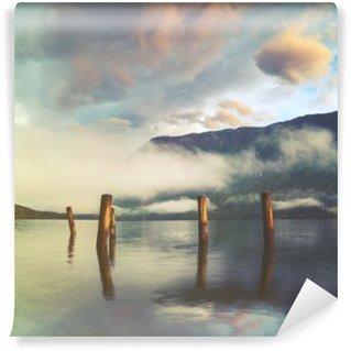 Carta da Parati in Vinile Lago di montagna delle Alpi italiane, i colori retrò, annata
