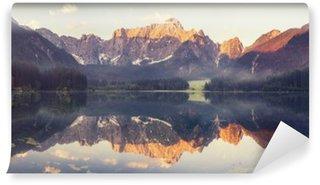 Carta da Parati in Vinile Lago di montagna nelle Alpi Ita__lian, i colori retrò, annata