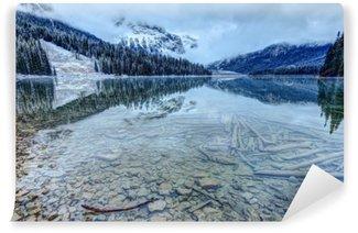 Carta da Parati Lavabile Riflessioni su un lago di montagna rocciosa prima nevicata