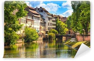 Carta da Parati Lavabile Strasburgo, canale d'acqua in Petite France, sito Unesco. Alsazia.