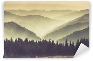 Carta da Parati in Vinile Paesaggio di colline montagna nebbioso.