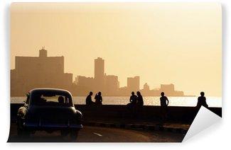 Carta da Parati in Vinile Persone e skyline di La Habana, Cuba, al tramonto