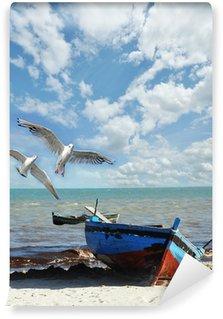 Carta da Parati in Vinile Ricordi di viaggio: spiaggia con barca da pesca e gabbiani