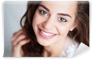 Carta da Parati in Vinile Ritratto di donna sorridente con il sorriso perfetto e denti bianchi guardando a porte chiuse