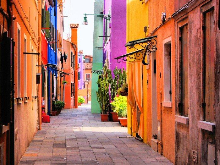 Carta da Parati in Vinile Strada colorato a Burano, vicino a Venezia, Italia -