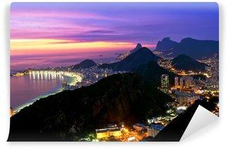 Carta da Parati in Vinile Vista notturna della spiaggia di Copacabana e Botafogo a Rio de Janeiro