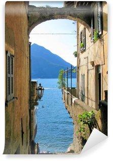 Carta da Parati in Vinile Vista romantica al famoso lago di Como italiano da Varenna città