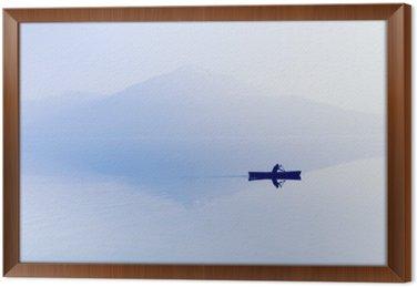 Çerçeveli Tuval Göl üzerinde Sis. Arka planda dağların siluet. Adam bir raket ile bir tekne yüzer.