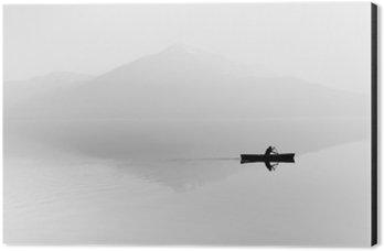 Cuadro en Dibond Niebla sobre el lago. Silueta de montañas en el fondo. El hombre flota en un barco con una paleta. En blanco y negro